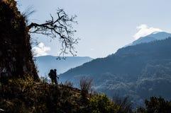 Wycieczkowicz Cieszy się widok Wzdłuż Everest Podstawowego obozu wędrówki Między Jiri i Lukl Fotografia Royalty Free