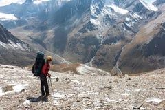 Wycieczkowicz dziewczyna relaksuje przy górami obraz royalty free