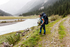Wycieczkowicz dziewczyna relaksuje przy górami obraz stock