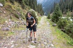 Wycieczkowicz dziewczyna relaksuje przy górami zdjęcie royalty free