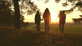 Wycieczkowicz dziewczyna Turyści radują się ich ręki w górę i podnoszą Rodzina na urlopowy podróżować z dzieckiem podróżnicy mama zbiory