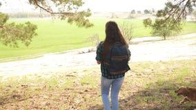 Wycieczkowicz dziewczyny podróżnik z plecakiem Kobieta podnosi jej ręki w górę Odświętność sukces w podróżować i zwycięstwo Turys zbiory wideo
