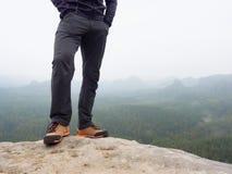 Wycieczkowicz iść na piechotę w wygodnych trekking butach na skale Mężczyzna iść na piechotę w lekkich plenerowych spodniach, rze Zdjęcia Stock