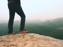 Wycieczkowicz iść na piechotę w wygodnych trekking butach na skale Mężczyzna iść na piechotę w lekkich plenerowych spodniach, rze Obraz Royalty Free
