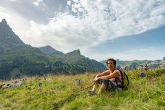 Wycieczkowicz kobieta odpoczywa w górze Zdjęcie Stock