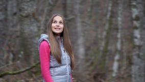 Wycieczkowicz kobieta wycieczkuje w lesie zbiory