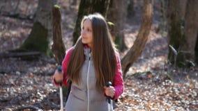 Wycieczkowicz kobieta wycieczkuje w lesie zdjęcie wideo