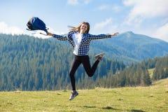 Wycieczkowicz kobiety rozweselać uszczęśliwiony i rozanielony z rękami podnosić w niebie po wycieczkować góra wierzchołek zdjęcia royalty free