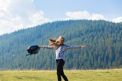 Wycieczkowicz kobiety rozweselać uszczęśliwiony i rozanielony z rękami podnosić w niebie po wycieczkować góra wierzchołek obraz royalty free