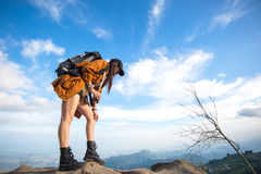 Wycieczkowicz kobiety spojrzenia lornetki na górze Obraz Royalty Free