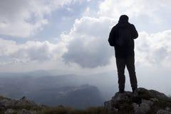 Wycieczkowicz na górze Fotografia Stock