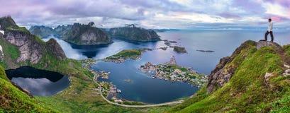 Wycieczkowicz na górze Mt Reinebringen, Lofoten wyspy, Norwegia obraz stock