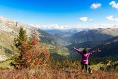 wycieczkowicz na szczycie w Francuskich alps Fotografia Stock