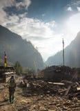 Wycieczkowicz na wędrówce w himalajach obrazy royalty free