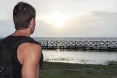 Wycieczkowicz obserwuje wschód słońca Obrazy Royalty Free