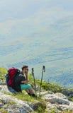 Wycieczkowicz Odpoczywa na skałach w górach Zdjęcie Stock