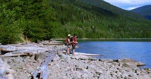 Wycieczkowicz para stoi blisko brzeg rzekiego 4k zbiory wideo