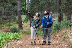 Wycieczkowicz para wskazuje przy odległością Obraz Royalty Free