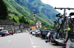 Wycieczkowicz Paradies i Bikier: Lavertezzo w Verzasca dolinie w Południowym Szwajcaria obraz stock