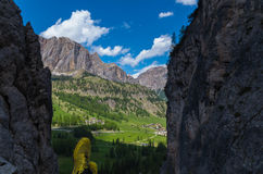 Wycieczkowicz patrzeje piękną scenerię, dolomity, południowy Tyrol, Italy Zdjęcia Stock