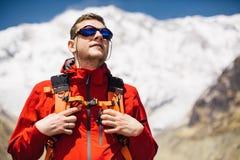 Wycieczkowicz patrzeje szczyt z plecakiem Obrazy Stock