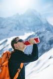 Wycieczkowicz patrzeje szczyt z plecakiem zdjęcia royalty free
