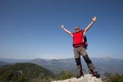 Wycieczkowicz pozycja na górze góry z doliną na tle Zdjęcia Royalty Free
