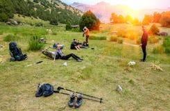 Wycieczkowicz przerwa na trawiastym gazonie Fotografia Royalty Free