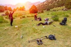 Wycieczkowicz przerwa na trawiastym gazonie Zdjęcia Stock