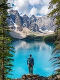 Wycieczkowicz przy Morena jeziorem w Banff parku narodowym, Kanadyjskie Skaliste góry, Alberta, Kanada obrazy royalty free