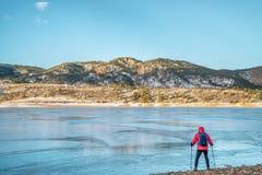 Wycieczkowicz przy zamarzniętym halnym jeziorem Obraz Royalty Free
