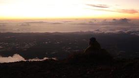 Wycieczkowicz relaksuje na górze cieszyć się i skały zbiory wideo