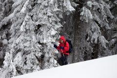 Wycieczkowicz robi jego sposobowi w śnieżystym lesie na śnieżnym skłonie Obraz Royalty Free