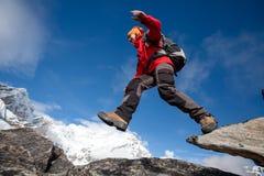 Wycieczkowicz skacze na skale blisko Everest w Nepal Obraz Stock