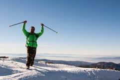 Wycieczkowicz szeroko rozpościerać jego ręki na górze góry Obraz Stock