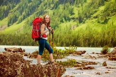 Wycieczkowicz w Altai górach fotografia stock