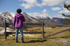 Wycieczkowicz w Francuskich Pyrenees w wiośnie, col Du Soulor fotografia stock