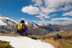 Wycieczkowicz w Francuskich Pyrenees w wiośnie z śniegiem, col Du Soulor obrazy stock