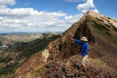 Wycieczkowicz w górach obraz stock