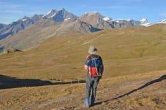 Wycieczkowicz w górach Obrazy Stock