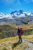 Wycieczkowicz w górach Fotografia Stock