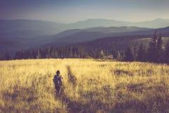 Wycieczkowicz w górach Zdjęcia Stock