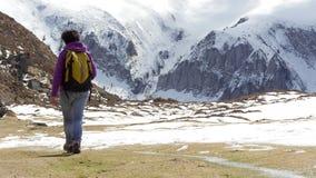 Wycieczkowicz w Pyrenees w wiośnie z śniegiem, col Du Soulor fotografia stock