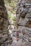 Wycieczkowicz w wąskim śladzie Imbros wąwóz, Crete Grecja Obrazy Stock