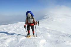 Wycieczkowicz w zima górach Obrazy Stock
