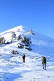 Wycieczkowicz w zima górach Zdjęcie Stock