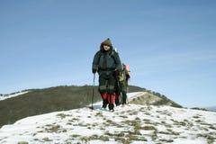 Wycieczkowicz w zima górach Obraz Stock