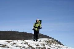 Wycieczkowicz w zima górach Zdjęcia Royalty Free