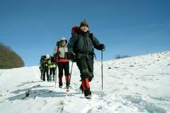 Wycieczkowicz w zima górach Fotografia Stock