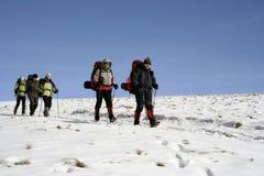 Wycieczkowicz w zima górach Zdjęcia Stock